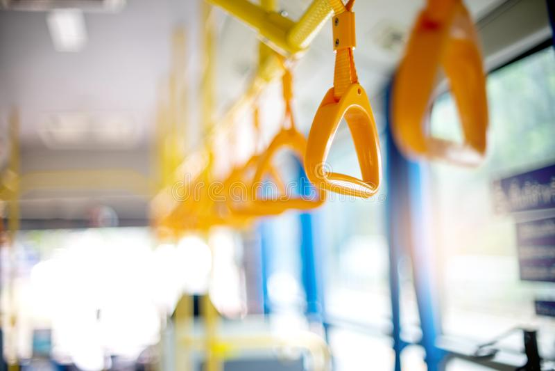 μέσα στο κίτρινο πιάσιμο χεριών λεωφορείων για τον επιβάτη για να κρατήσει στοκ φωτογραφίες