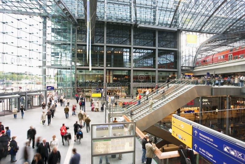 Μέσα στο νέο κεντρικό σιδηροδρομικό σταθμό του Βερολίνου στοκ φωτογραφία με δικαίωμα ελεύθερης χρήσης