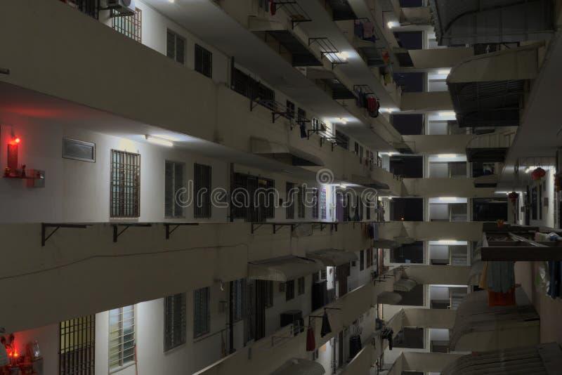 Μέσα στο σύνθετο φραγμό κατοικίας με την ένωση των ενδυμάτων και των κόκκινων φώτων στοκ εικόνες