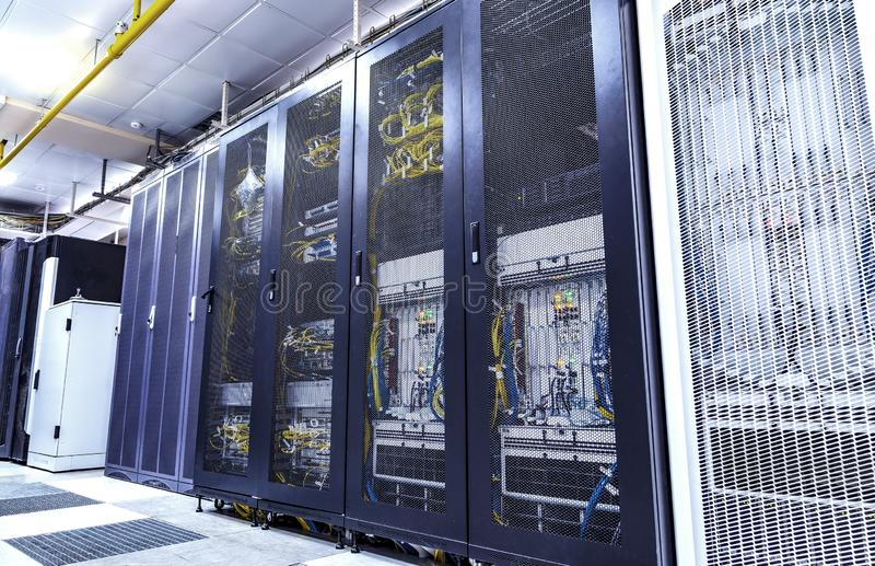 Μέσα του εξοπλισμού για την κινητή επικοινωνία στο σύγχρονο κέντρο δε στοκ εικόνες
