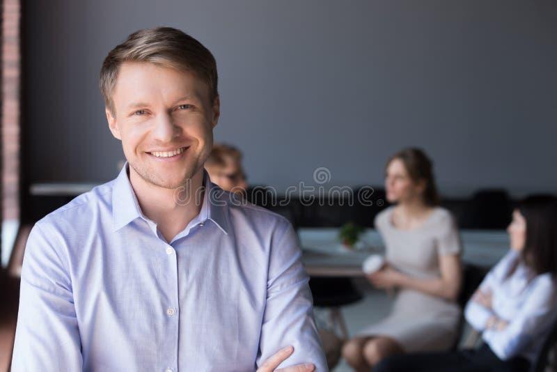 Μέσης ηλικίας χαμογελώντας επιχείρηση CEO ή επιτυχής επιχειρηματίας lookin στοκ εικόνες