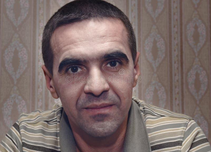Μέσης ηλικίας άτομο με μια σοβαρή προσηλωμένη έκφραση στοκ φωτογραφία