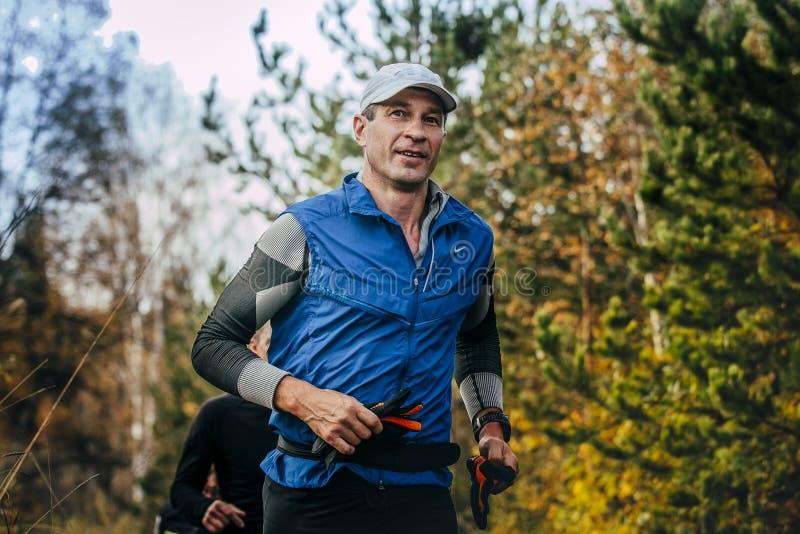 Μέσης ηλικίας άτομο που τρέχει στο πάρκο φθινοπώρου στοκ φωτογραφίες