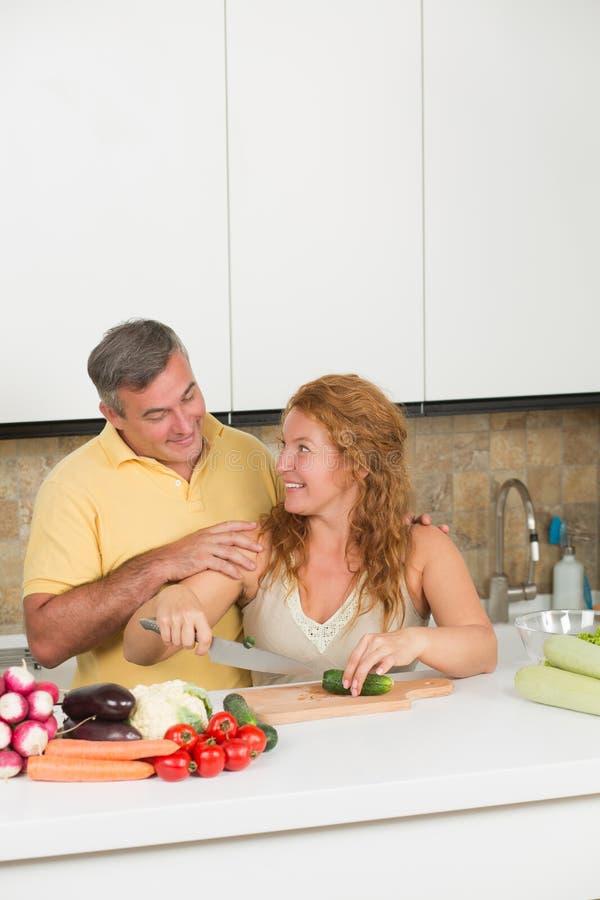 Μέσης ηλικίας ζεύγος στην κουζίνα στοκ εικόνα