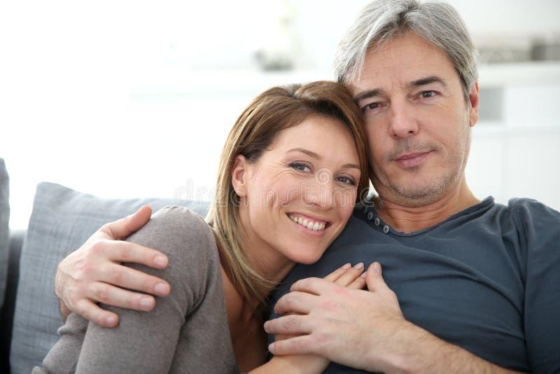 Μέσης ηλικίας ζεύγος στο σπίτι στοκ φωτογραφίες