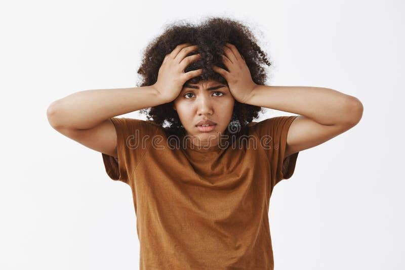Μέση-επάνω στον πυροβολισμό της ενοχλημένης και κουρασμένης καταθλιπτικής γυναίκας αφροαμερικάνων με το συναίσθημα afro hairstyle στοκ εικόνες