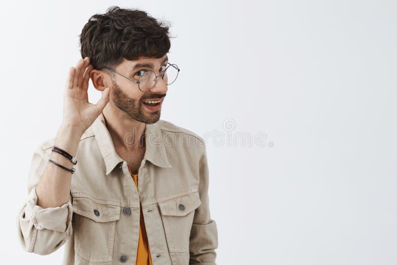 Μέση-επάνω στον πυροβολισμό του περίεργου ατόμου που κάμπτει προς τη κάμερα για να ακούσει καλύτερα να κουτσομπολεψει ή που κρυφα στοκ εικόνες
