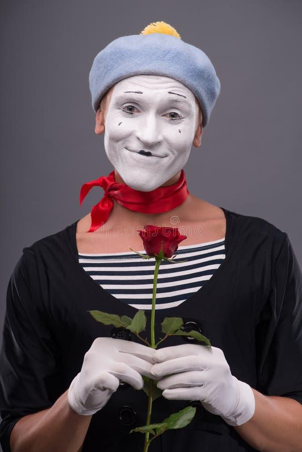 Μέση-επάνω στο πορτρέτο του νέου αρσενικού mime που κρατά το α στοκ εικόνες