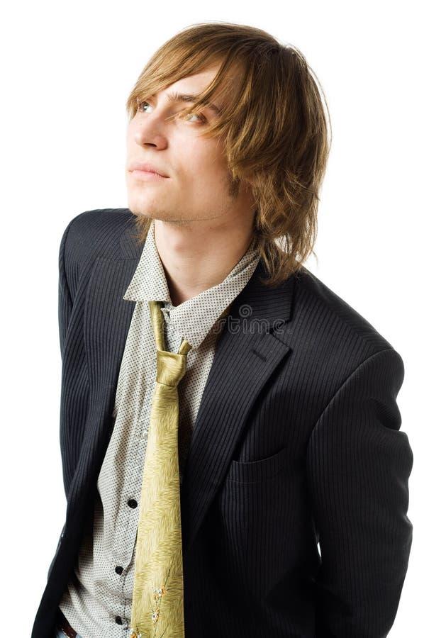 Μέση επάνω στο πορτρέτο του νεαρού άνδρα σε ανοικτό γκρι στοκ φωτογραφίες με δικαίωμα ελεύθερης χρήσης