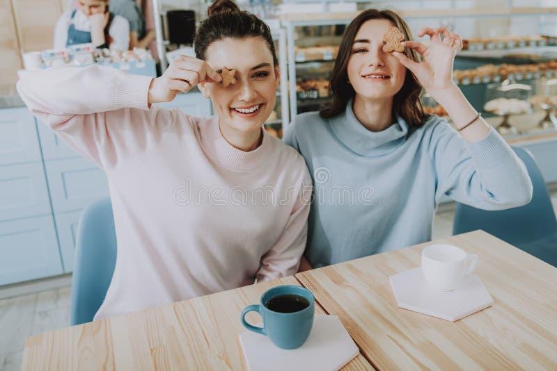 Μέση επάνω χαρούμενοι θηλυκοί φίλοι στον καφέ στοκ εικόνες με δικαίωμα ελεύθερης χρήσης