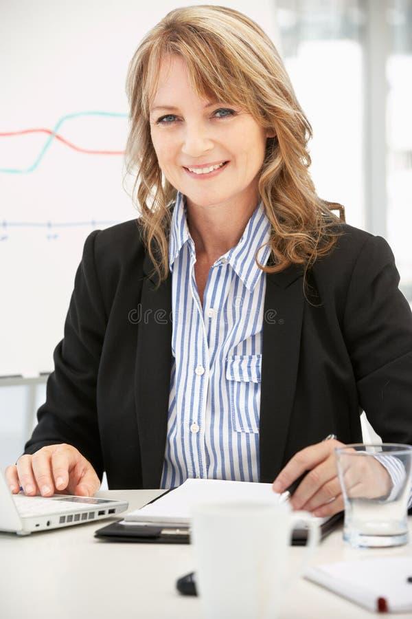 Μέση επιχειρηματίας ηλικίας στην εργασία στοκ εικόνες με δικαίωμα ελεύθερης χρήσης