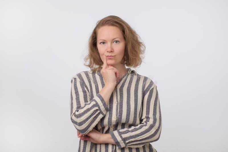 Μέση ηλικίας Ευρωπαία γυναίκα που σκέφτεται και που ανατρέχει, συγκεχυμένη για ένα IDE στοκ φωτογραφία με δικαίωμα ελεύθερης χρήσης