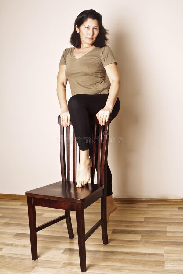 Μέση ηλικίας γυναίκα που κάνει τη γιόγκα στοκ φωτογραφίες με δικαίωμα ελεύθερης χρήσης