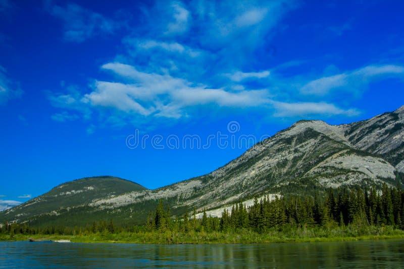 Μέση λίμνη, επαρχιακό πάρκο κοιλάδων τόξων, Αλμπέρτα, Καναδάς στοκ φωτογραφία