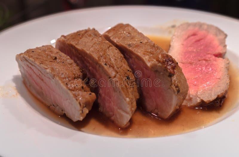 Μέση σπάνια ψημένη λωρίδα χοιρινού κρέατος με μια σάλτσα κρασιού και balsamico, στοκ φωτογραφίες με δικαίωμα ελεύθερης χρήσης