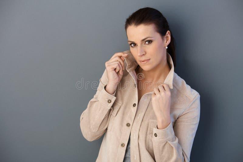 Μέσος-ενήλικη γυναίκα που θέτει την άνοιξη το σακάκι στοκ φωτογραφία με δικαίωμα ελεύθερης χρήσης