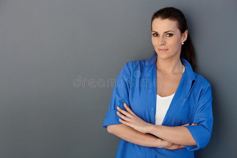 Μέσος-ενήλικη όμορφη γυναίκα στοκ εικόνα