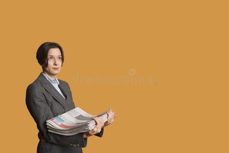 Μέσος ενήλικος σωρός εκμετάλλευσης γυναικών των εφημερίδων στοκ φωτογραφίες