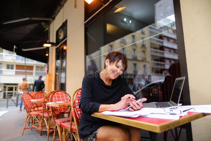 μέσος ηλικίας θηλυκός συμπληρωματικός σπουδαστής που χρησιμοποιεί το lap-top για στοκ εικόνες με δικαίωμα ελεύθερης χρήσης