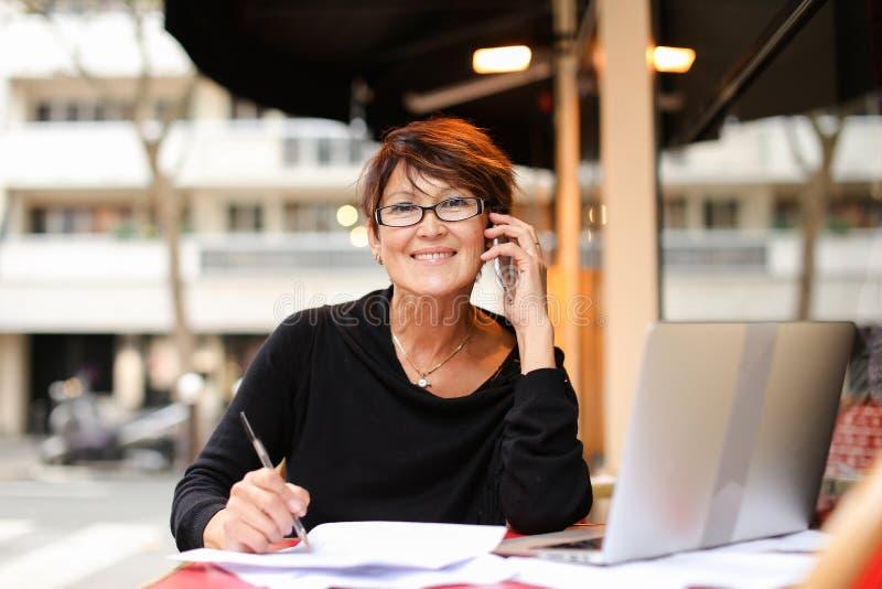 μέσος ηλικίας θηλυκός συμπληρωματικός σπουδαστής που χρησιμοποιεί το lap-top για στοκ φωτογραφία με δικαίωμα ελεύθερης χρήσης