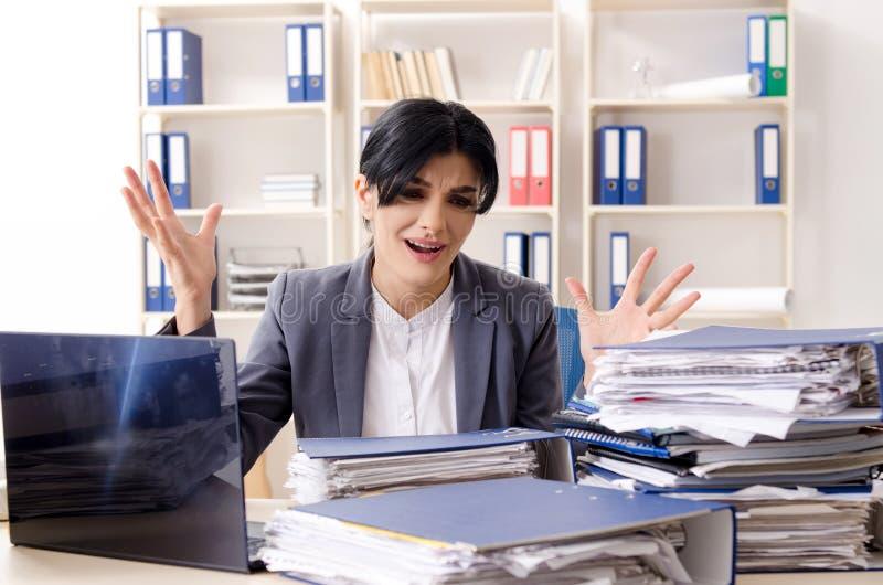 Μέσος ηλικίας businesslady ο δυστυχισμένος με την υπερβολική εργασία στοκ φωτογραφία