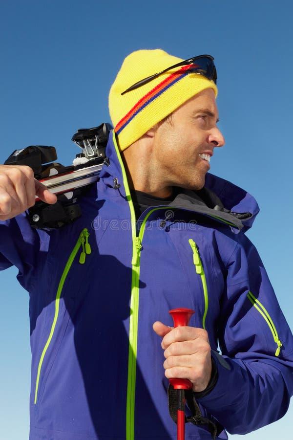 Μέσο ηλικίας άτομο στις διακοπές σκι στα βουνά στοκ φωτογραφίες