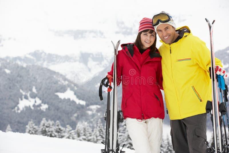 Μέσο ηλικίας ζεύγος στις διακοπές σκι στα βουνά στοκ φωτογραφία με δικαίωμα ελεύθερης χρήσης