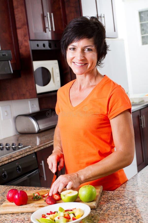 Μέσο ηλικίας μαγείρεμα γυναικών στοκ εικόνες με δικαίωμα ελεύθερης χρήσης