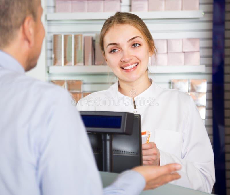 Μέσο ηλικίας άτομο στο φαρμακείο στοκ φωτογραφίες