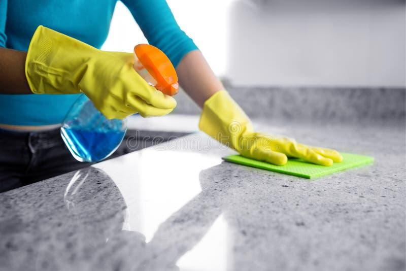 Μέσο τμήμα του καθαρίζοντας μετρητή κουζινών γυναικών στοκ φωτογραφίες με δικαίωμα ελεύθερης χρήσης