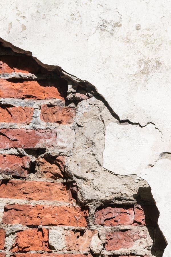 Μέσω μιας τρύπας σε έναν τοίχο είναι ορατά τούβλα στοκ φωτογραφία με δικαίωμα ελεύθερης χρήσης