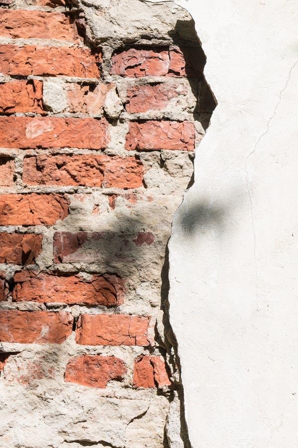 Μέσω μιας τρύπας σε έναν τοίχο είναι ορατά τούβλα στοκ φωτογραφίες με δικαίωμα ελεύθερης χρήσης