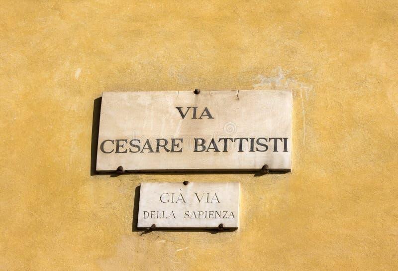 Μέσω του Cesare Battisti, πιάτο οδών σε έναν τοίχο του σπιτιού στη Φλωρεντία, Ιταλία στοκ εικόνες με δικαίωμα ελεύθερης χρήσης