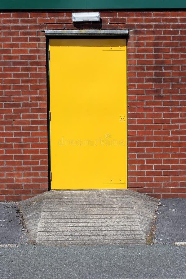 μέταλλο πορτών κίτρινο στοκ φωτογραφίες