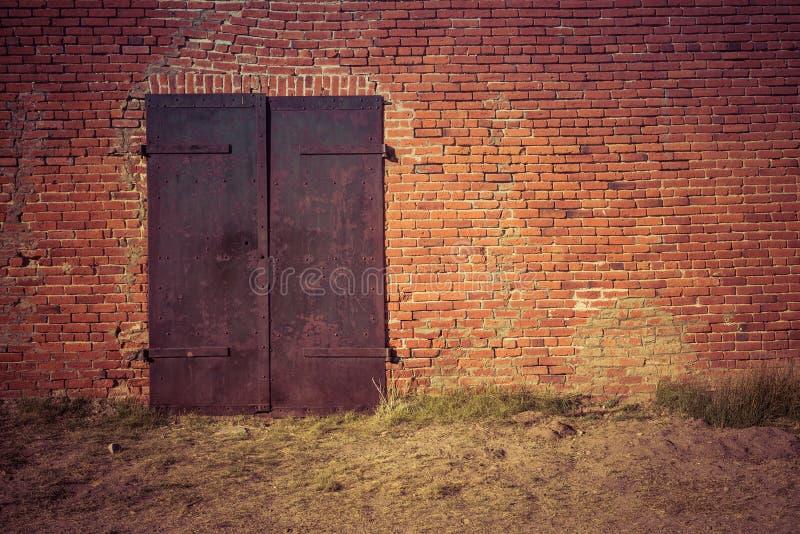 μέταλλο πορτών σκουριασ& στοκ εικόνες με δικαίωμα ελεύθερης χρήσης