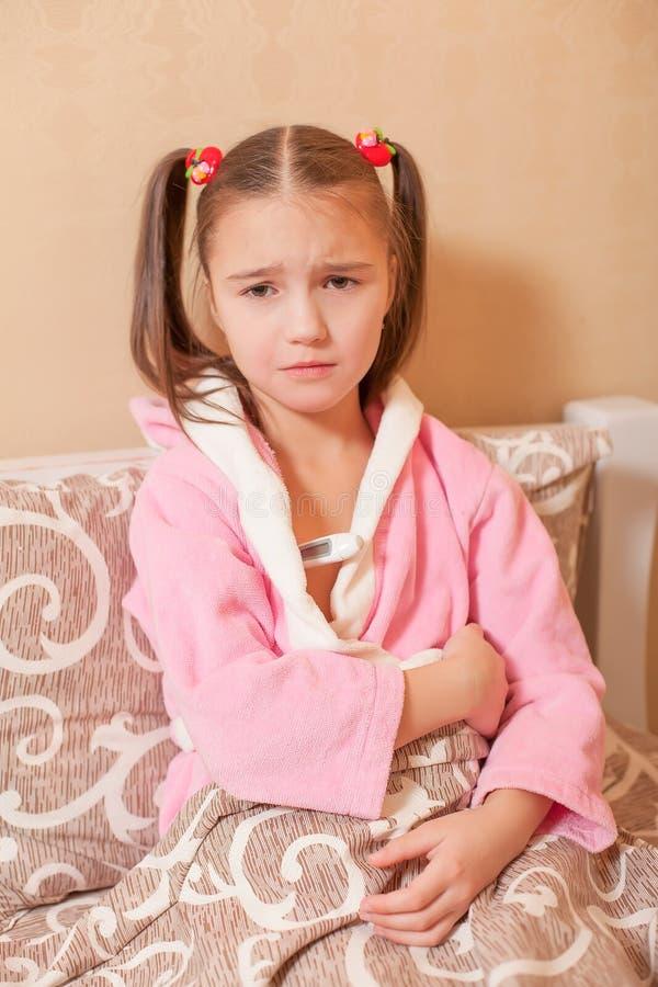 Μέτρηση της θερμοκρασίας στο μικρό κορίτσι στοκ φωτογραφία