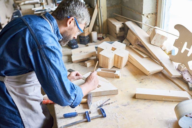 Μέτρηση της ξύλινης σανίδας στοκ εικόνες με δικαίωμα ελεύθερης χρήσης