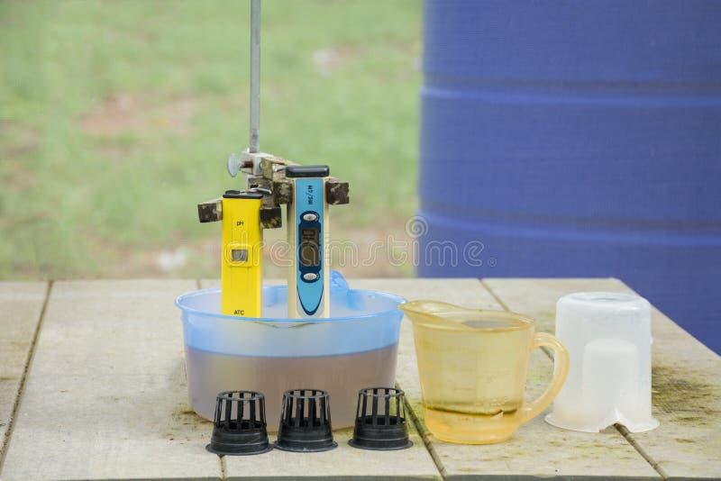 Μέτρηση του pH του νερού στο υδροπονικό αγρόκτημα Ηλεκτρονικό pH στοκ φωτογραφία με δικαίωμα ελεύθερης χρήσης