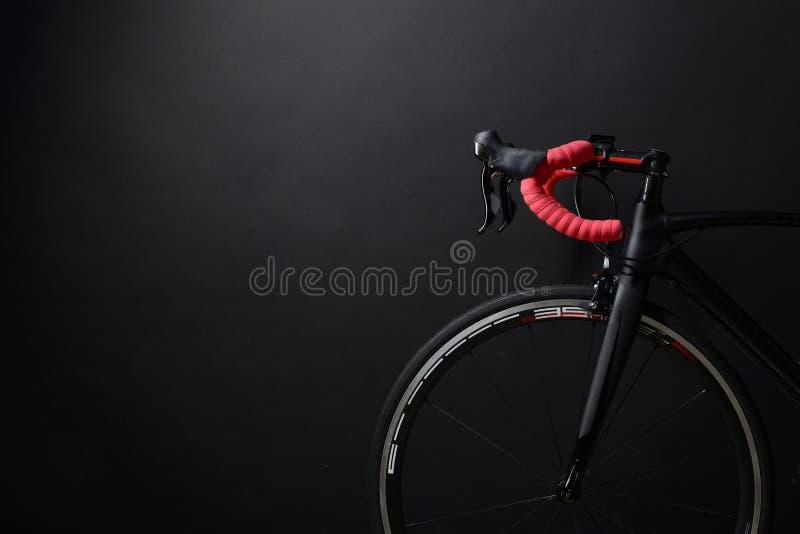 Μέτωπο και ρόδα του μαύρου οδικού ποδηλάτου φυλών στοκ φωτογραφία με δικαίωμα ελεύθερης χρήσης