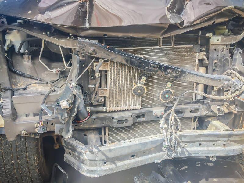Μέτωπο κινηματογραφήσεων σε πρώτο πλάνο του νέου ασημένιου αυτοκινήτου που διαστρεβλώνεται τυχαία συντριμμένος στοκ φωτογραφίες με δικαίωμα ελεύθερης χρήσης