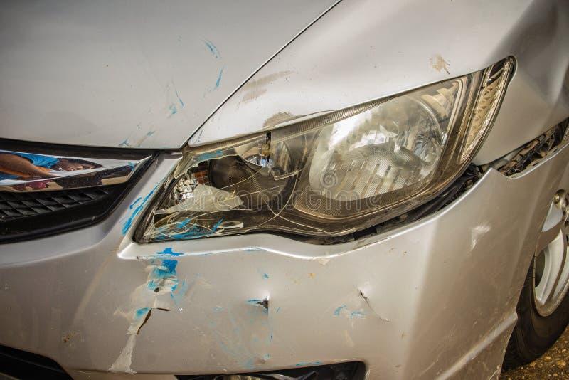 Μέτωπο κινηματογραφήσεων σε πρώτο πλάνο του νέου ασημένιου αυτοκινήτου που διαστρεβλώνεται τυχαία συντριμμένος στοκ φωτογραφία