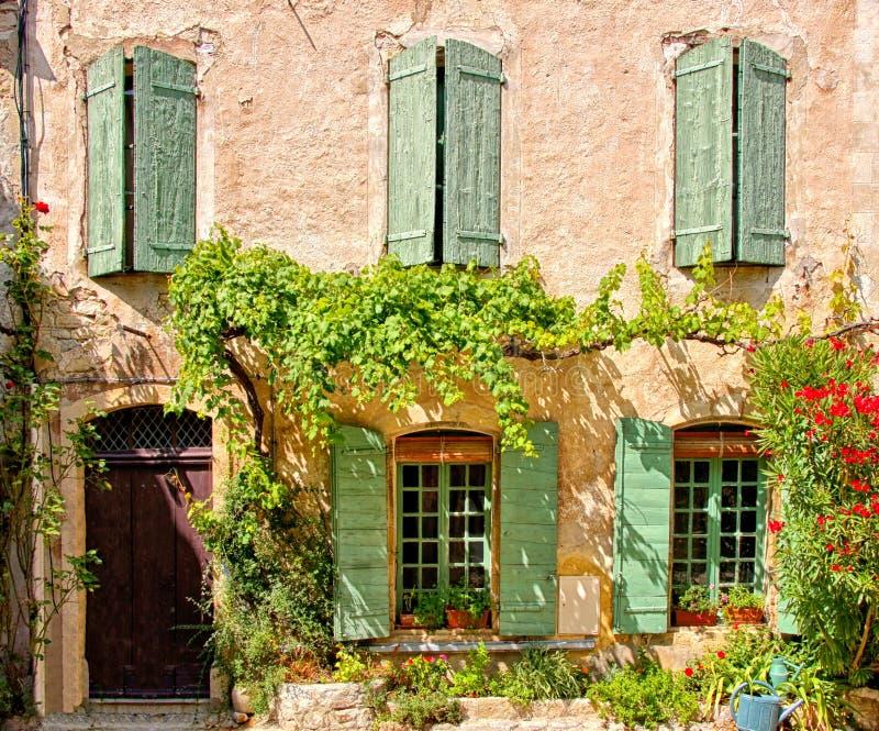 Μέτωπο σπιτιών με τα κλείνω με παντζούρια παράθυρα και τη φυλλώδη πρόσοψη, Προβηγκία, Γαλλία στοκ φωτογραφίες