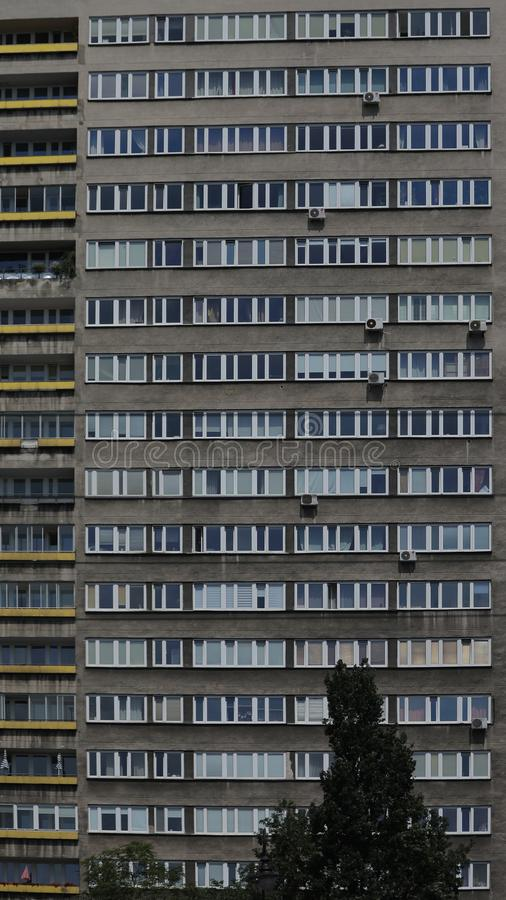 Μέτωπο του κατοικημένου κτηρίου στη Βαρσοβία Κάθετα σχέδια, γραμμές στοκ φωτογραφία
