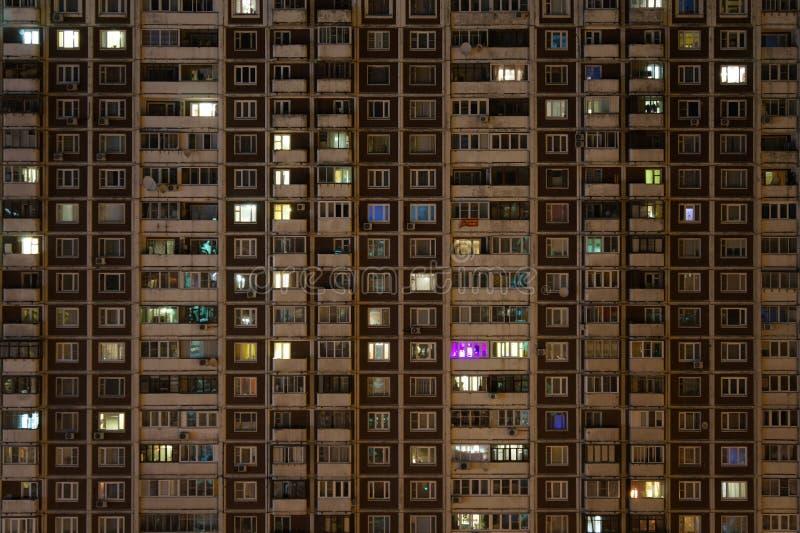 Μέτωπο του σπιτιού διαμερισμάτων τη νύχτα στοκ φωτογραφία