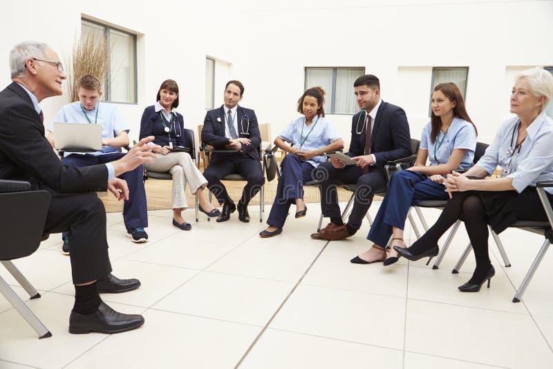 Μέλη του ιατρικού προσωπικού να συναντήσει από κοινού στοκ φωτογραφία