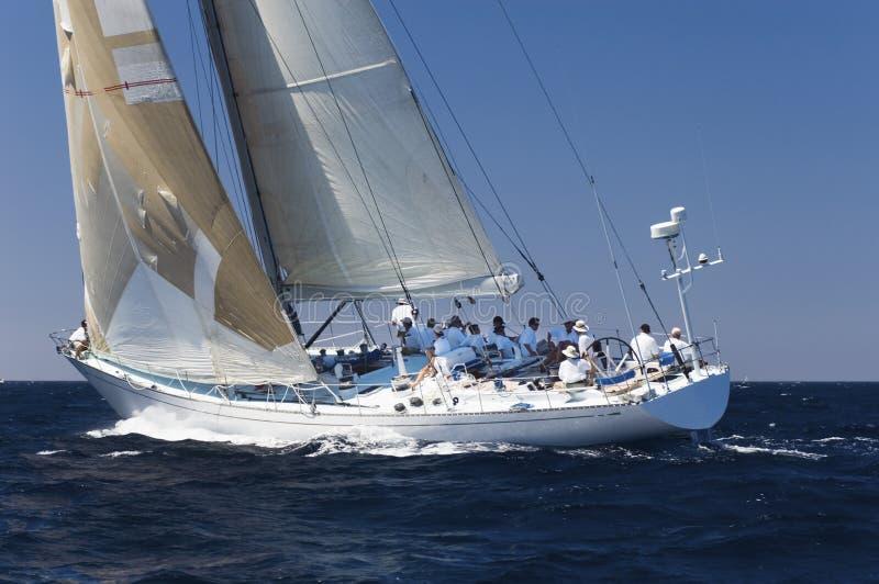 Μέλη του πληρώματος που χαλαρώνουν Sailboat στον ωκεανό στοκ φωτογραφίες με δικαίωμα ελεύθερης χρήσης