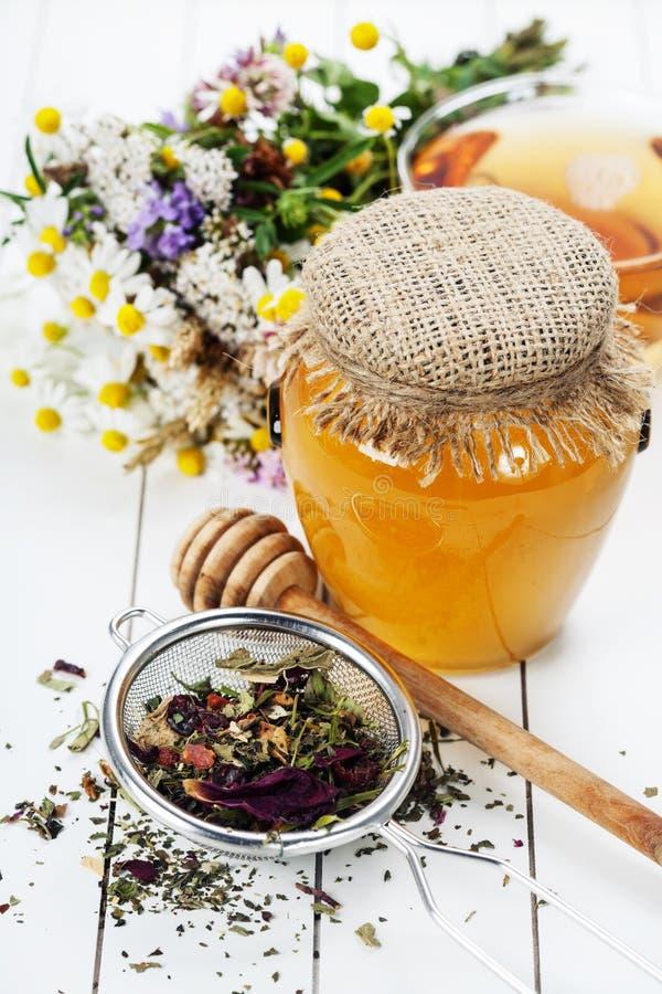 Μέλι και βοτανικό τσάι στοκ εικόνες
