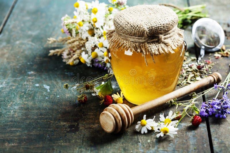 Μέλι και βοτανικό τσάι στοκ φωτογραφίες