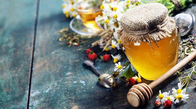 Μέλι και βοτανικό τσάι στοκ εικόνες με δικαίωμα ελεύθερης χρήσης