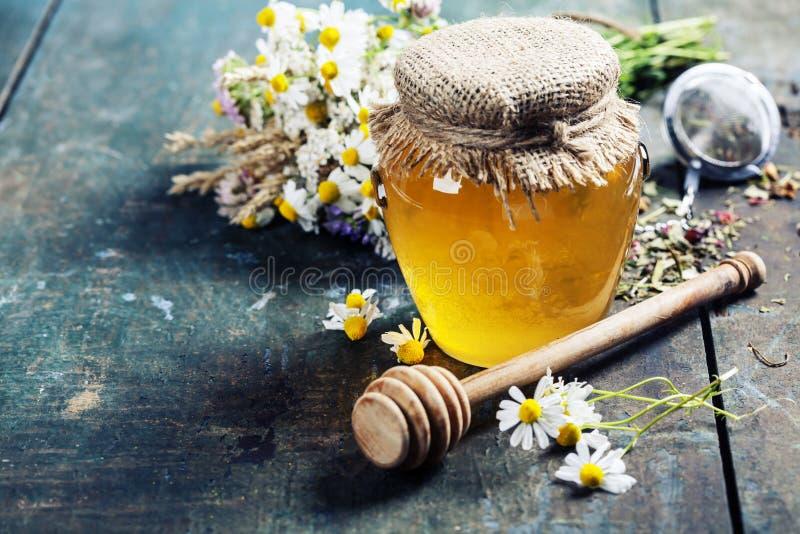 Μέλι και βοτανικό τσάι στοκ φωτογραφία με δικαίωμα ελεύθερης χρήσης